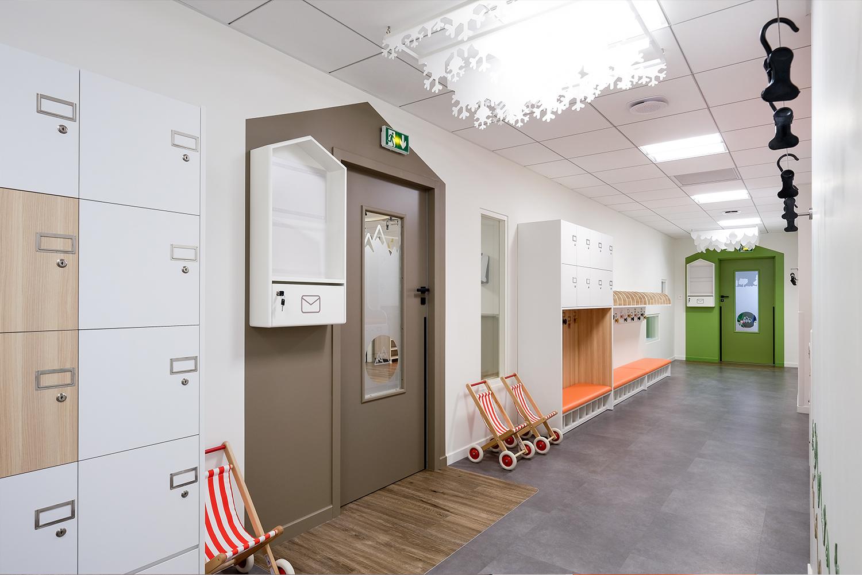 aménagement couloir adapté a une crèche